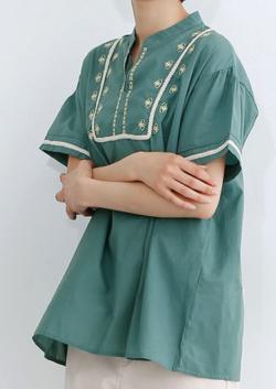 merlot(メルロー)キーネックフラワー刺繍ブラウス