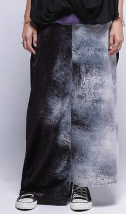 antiqua 上質ベロア素材。Iラインシルエットで上品に。アート柄アシメスカート
