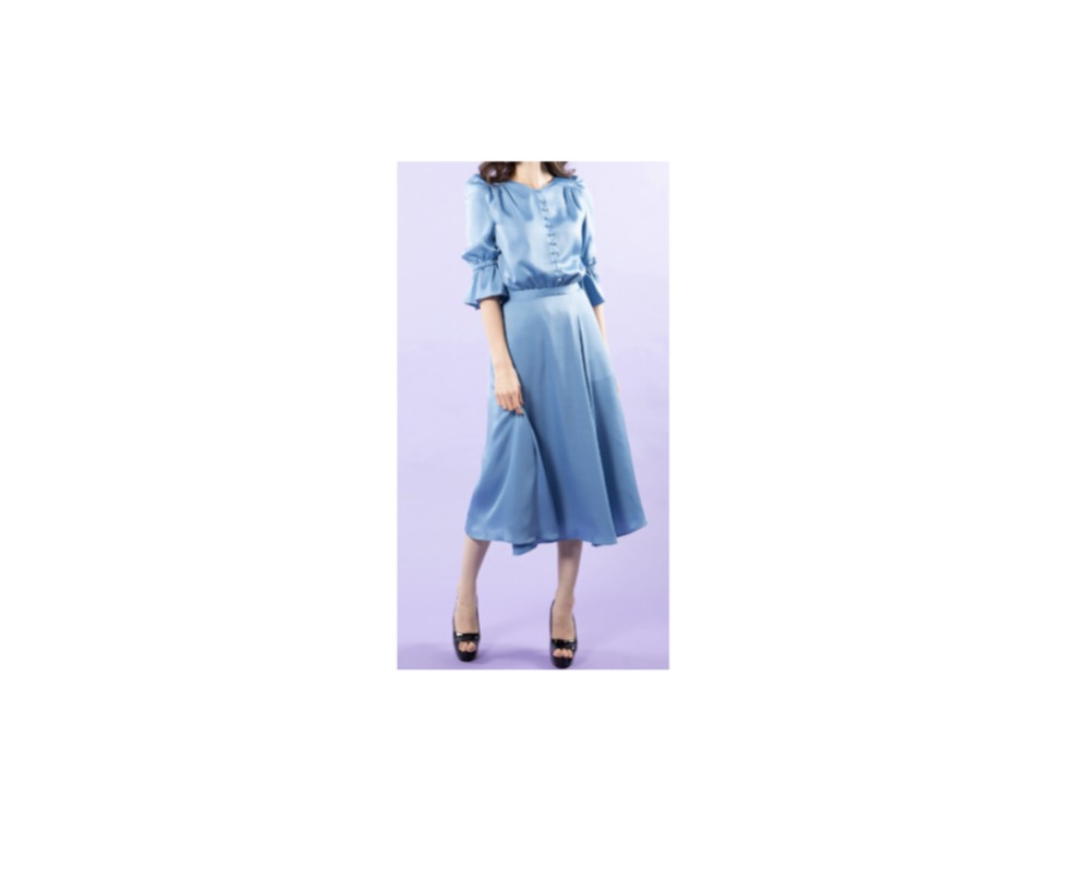 岡田サリオ(おかだ さりお)さんの着用ファッション【女が女に怒る夜 2019】岡田サリオ(おかだ さりお)さん着用・ブルーのワンピース