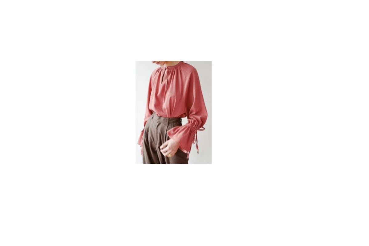川口春奈さんが「ザ・テレビジョン」で 【麒麟がくる】出演についてのインタビューの時に 着用していたピンクのブラウス