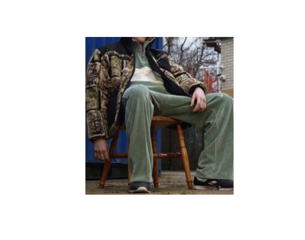 あいみょんさんが【CDTVライブライブ】で着用しているファッション・衣装(服・バッグ・アクセサリー・靴など)やコーデ【CDTVライブライブ】2020/6/20《あいみょん》さん衣装(カーキのスウェット)のブランドはこちら♪