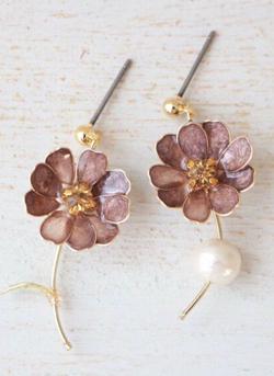 inori craft&accessory オリーブブラウンのコスモス イヤリング