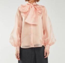 小林麻紀(こばやし まき)役の紗栄子》さん衣装ピンクのビッグリボンブラス