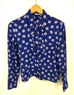 【彼女はキレイだった(かのきれ)】佐久間由衣(桐山梨沙)衣装ブルーの小花柄ブラウス