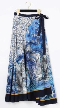 あのキス 唯月巴(ゆいづきともえ)役の麻生久美子 ブルーのエキゾチックプリントスカート