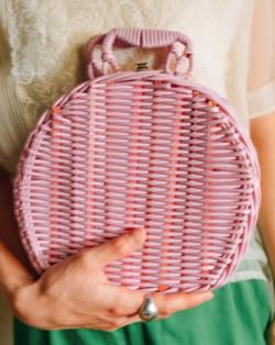 着飾る恋には理由があって川口春奈ピンクのカゴバッグ
