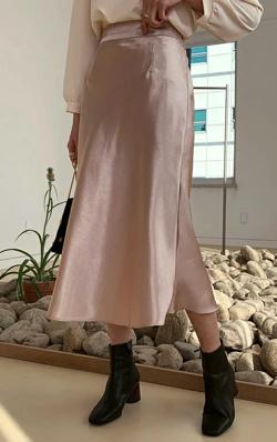 ZIP!貴島明日香 ベージュのサテンスカート