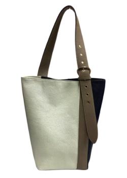 コントが始まる・芳根京子 ホワイトxベージュのバッグ