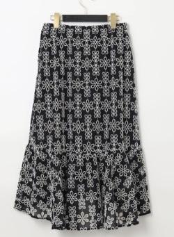 麻生久美子あのときキスしておけば黒いフラワー柄フレアスカート