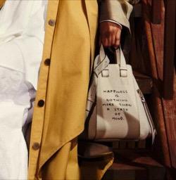 ベージュのロゴプリントバッグ