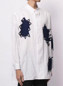 リコカツ白洲迅白いデザインシャツ