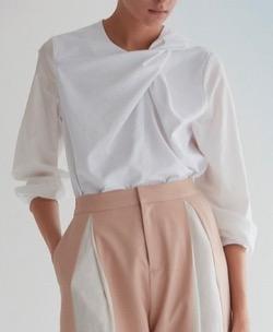 岩田絵里奈アナ 衣装白い長袖ブラウス
