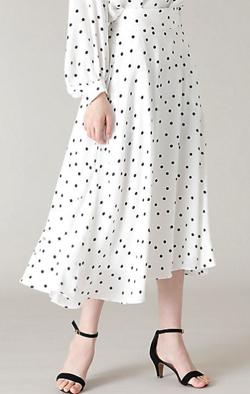 NEWS ZERO・有働由美子ホワイトのドット柄アシメスカート