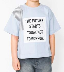 家族募集します・子役の宮崎莉里沙・佐藤遙灯・三浦綺羅ドラマ衣装ライトブルーのロゴプリントTシャツ
