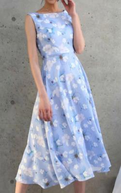 女の戦争・葵わかな・トリンドル玲奈・北原里英ブルーの花柄ワンピース