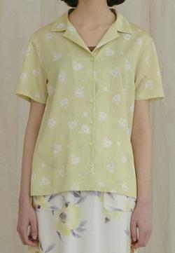 めざましテレビ井上清華衣装ライトイエローの小花柄開襟シャツ