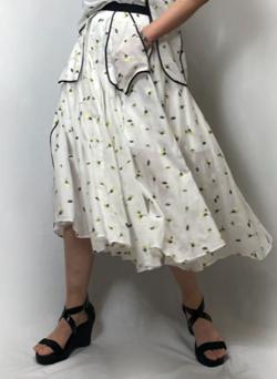 あざとくて何が悪いの?弘中綾香ホワイトの小花柄シアースカート
