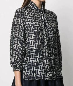 TOKYOMER・石田ゆり子(赤塚梓)ドラマ衣装ネイビーのプリントブラウス