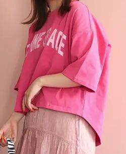 ボクの殺意が恋をした・小西はるピンクのロゴTシャツ