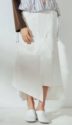 彼女はキレイだった・小芝風花ホワイトのシャツドッキングスカート