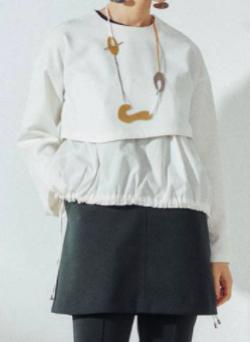 彼女はキレイだった・小芝風花ホワイトのシャツドッキングブラウス