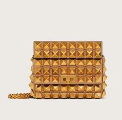 【彼女はキレイだった(かのきれ)】佐久間由衣(桐山梨沙)衣装ゴールドのショルダーバッグ