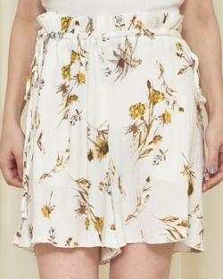 【彼女はキレイだった(かのきれ)】佐久間由衣(桐山梨沙)衣装アイボリーの花柄ショートパンツ