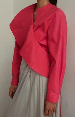 【彼女はキレイだった(かのきれ)】佐久間由衣(桐山梨沙)衣装ピンクのアシメデザインシャツブラウス