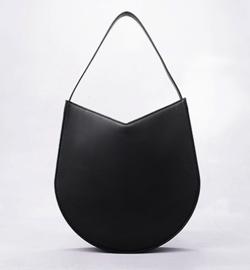 漂着者白石麻衣(新谷詠美)衣装ブラックのバッグ