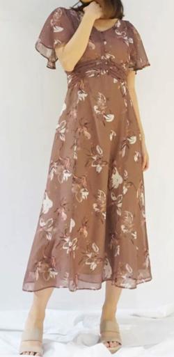 ZIP貴島明日香衣装ブラウンの花柄フレアスリーブワンピース