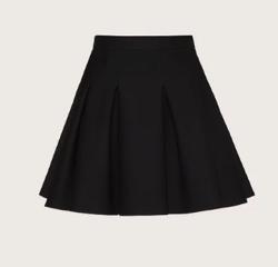 【彼女はキレイだった(かのきれ)】佐久間由衣(桐山梨沙)衣装ブラックのプリーツスカート