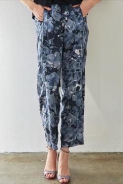 ハコヅメ・戸田恵梨香衣装ブルーの花柄パンツ
