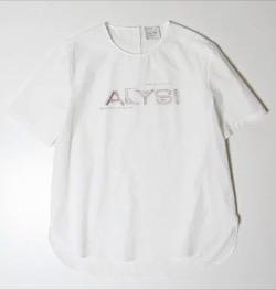 【彼女はキレイだった(かのきれ)】佐久間由衣(桐山梨沙)衣装白いロゴTシャツ