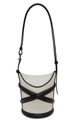 三吉彩花インスタ衣装・ファッションクロスレザーデザインのバケツバッグ