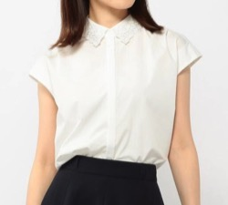 お耳に合いましたら・伊藤万理華(高村美園)・井桁弘恵(須藤亜里沙)ドラマ衣装白いフレンチスリーブシャツ