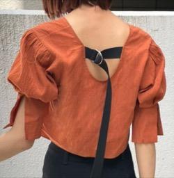 【佐野ひなこ】オレンジのブラウス