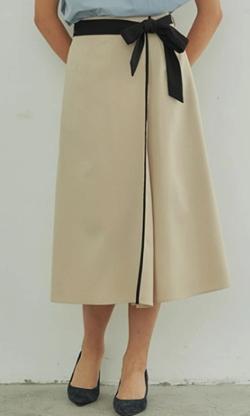ZIP!水卜麻美 (みとちゃん)衣装ベージュのスカート