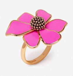 【彼女はキレイだった(かのきれ)】佐久間由衣(桐山梨沙)衣装ピンクxゴールド花型のリング