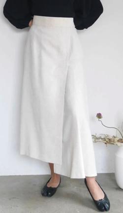 ZIP!水卜麻美 (みとちゃん)衣装ライトベージュのアシメフレアスカート
