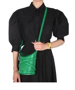 彼女はキレイだった・佐久間由衣グリーンのバッグ