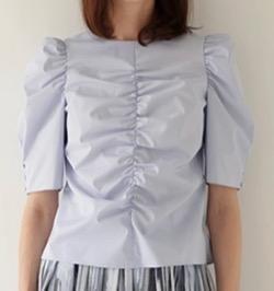 【シューイチ】中島芽生 さん衣装ブルーのブラウス