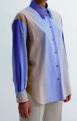 ブルーのグラデーションシャツ