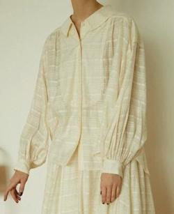 笑ってコラえて佐藤栞里衣装アイボリーのチェック柄ブラウス