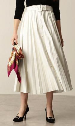 Live News it!加藤綾子衣装ホワイトのプリーツスカート