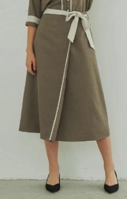 ZIP!水卜麻美 (みとちゃん)衣装ライトブラウンのスカート