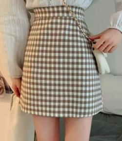 堀未央奈(ほり みおな)衣装ベージュのギンガムチェック柄ミニスカート