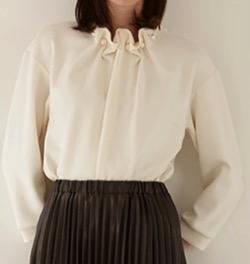 シューイチ徳島えりかアナ 衣装パール襟の白いブラウス