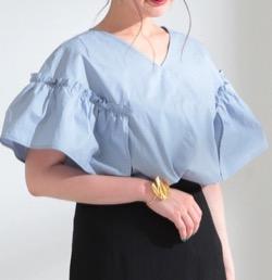 うきわ【蓮佛美沙子】ブルーの袖フリルシャツ