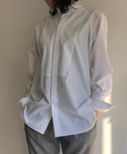 ホワイトのシャツブラウス