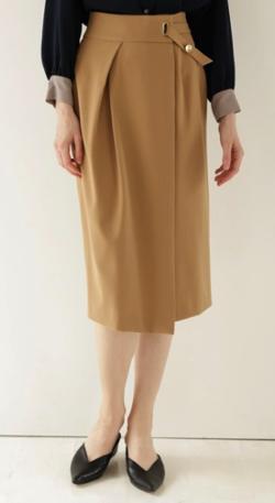 ライトブラウンのタイトスカート